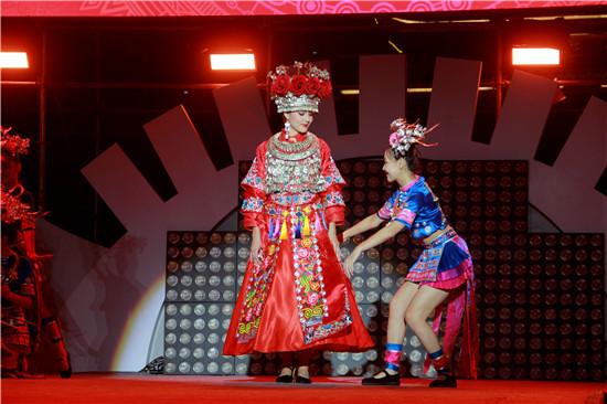 五大洲世界小姐齐聚万达小镇 精彩演绎苗族婚礼秀