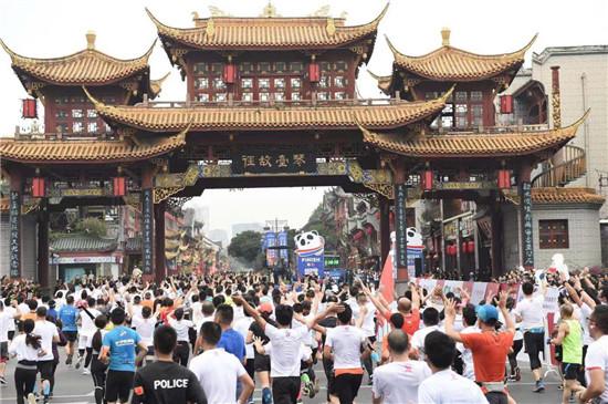 2018成都国际马拉松举行 54国2.8万人参赛
