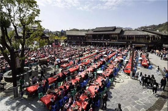 """丹寨小镇举办万人长桌宴和""""眼遇丹寨""""摄影大赛"""