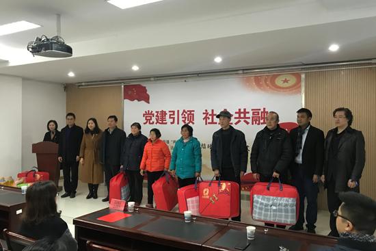 万达西安城市企业义工为社区低保户送温暖