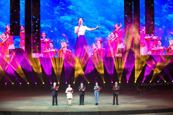 湖北省文联精品节目展演在汉秀剧场举行