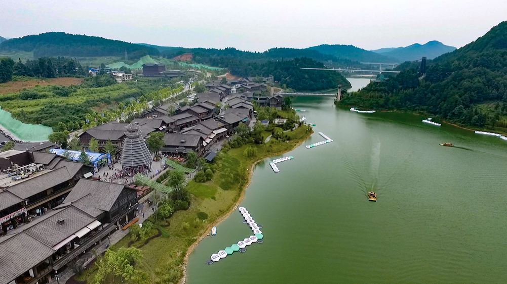 首届中国扶贫影像大展贵州丹寨开幕 创新推出大型水上影展