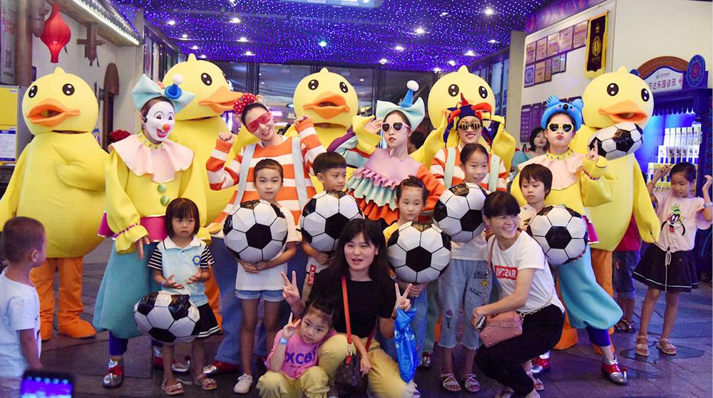 """南宁万达乐园举办""""暑假来玩鸭""""主题活动"""