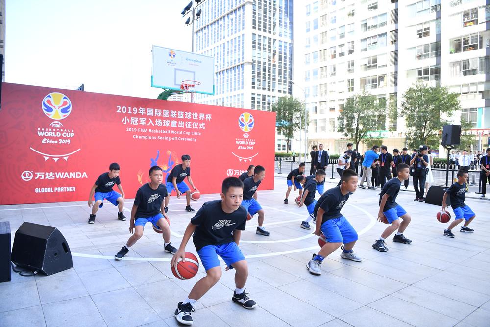 12名丹寨小球童亮相篮球国际足联世界杯