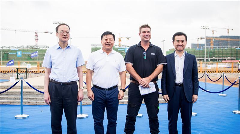 王健林董事长陪同国家体育总局领导亚足联官员等考察大连足球青训基地