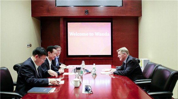 王健林董事长会见国际滑冰联盟主席杨·迪科玛