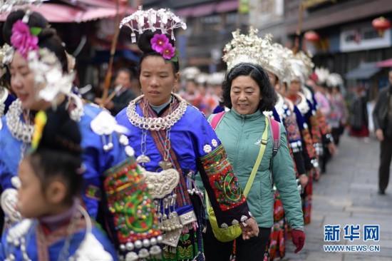 【人民网】贵州丹寨:常态化盛装巡游引客来