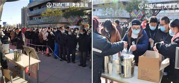 天津濱海萬達廣場聯合商戶為核酸檢測人員提供免費熱飲