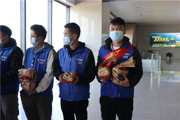 """昆明呈贡万达广场联合区工会举办春节""""爱心午餐""""公益活动"""