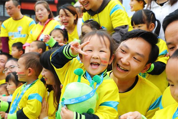 宝贝王与新东方在丹寨签订战略合作协议并举办公益环湖跑