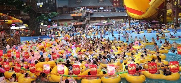 长白山万达水乐园举办五周年庆活动