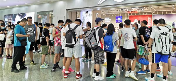 商管北区万达广场举办李宁最新限量款篮球鞋发售活动