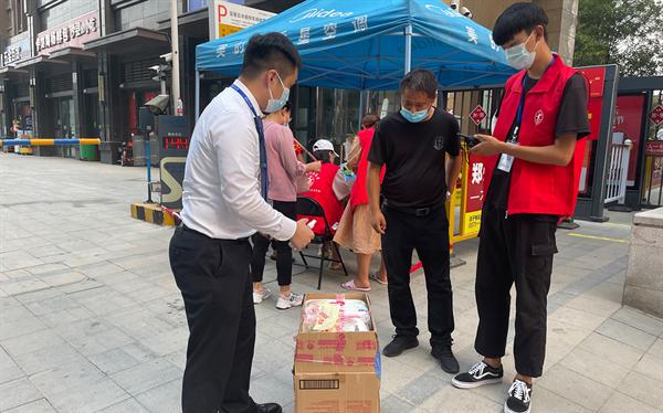 郑州二七万达广场为疫情封闭小区无接触配送货品