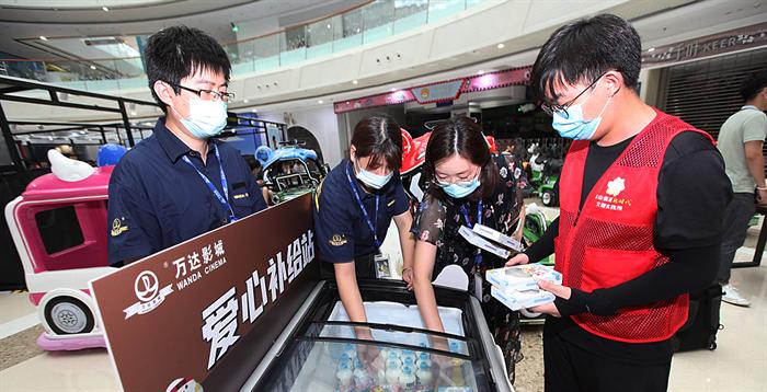 南京區域萬達影城為核酸檢測人員設立愛心補給站